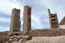 Tripylon – Triple Gate,三個巨大石門上精緻的浮雕