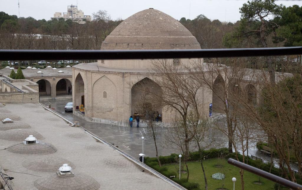 從平台望出去,那圓頂建築物昔日是一所監獄