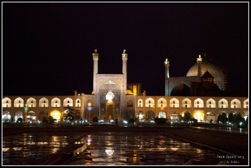 晚上已亮了燈的廣場,令清真寺看起來更莊嚴美麗