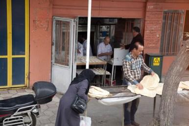 伊朗人的主糧之一是麵包,他們會買很多回家