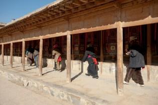 拉卜楞寺有世界上最長的轉經走廊,满面沧桑的藏民重複转动着沉重的經輪,繼續他們朝聖之路