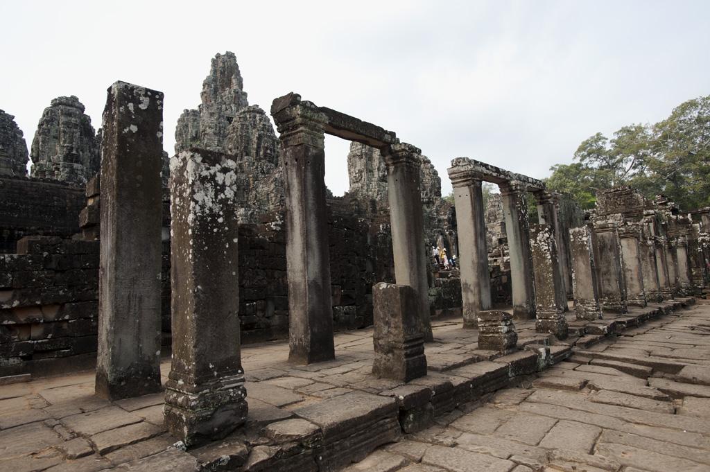 東門入口已倒塌的廟門(gopura )
