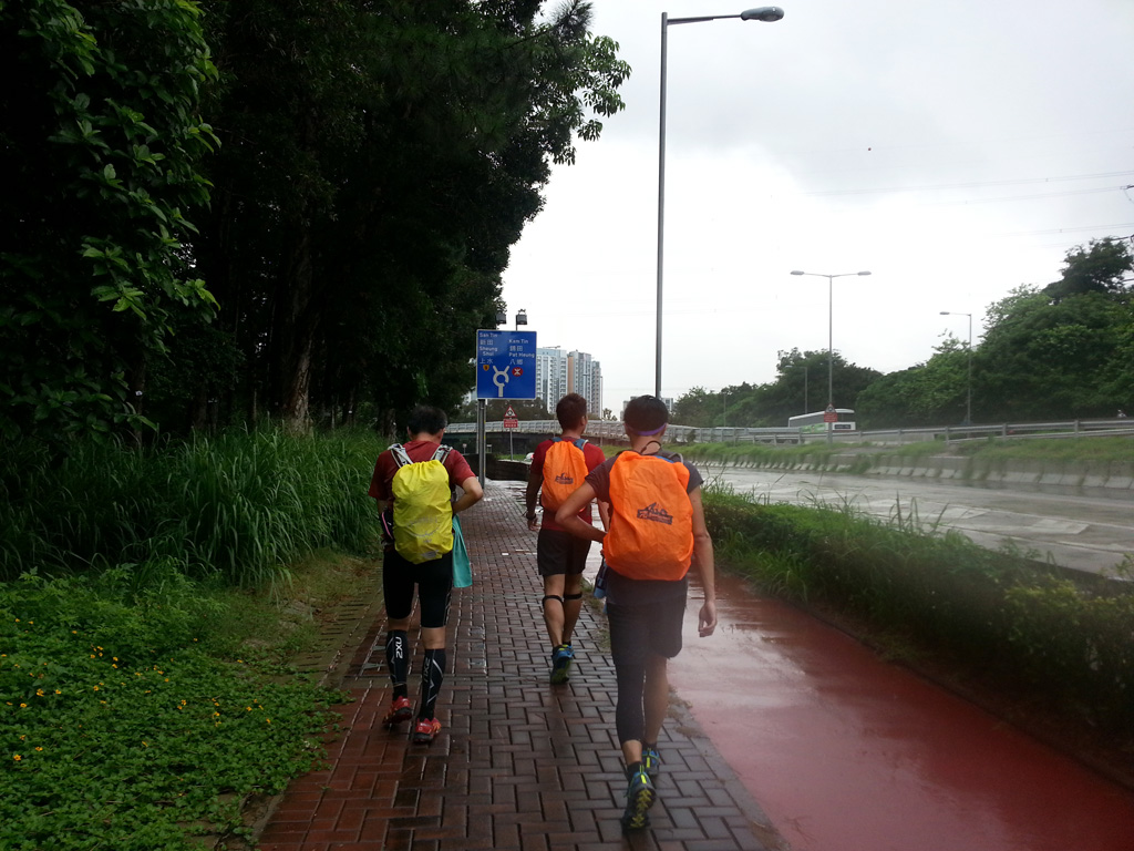 走到錦田公路,正下著雨