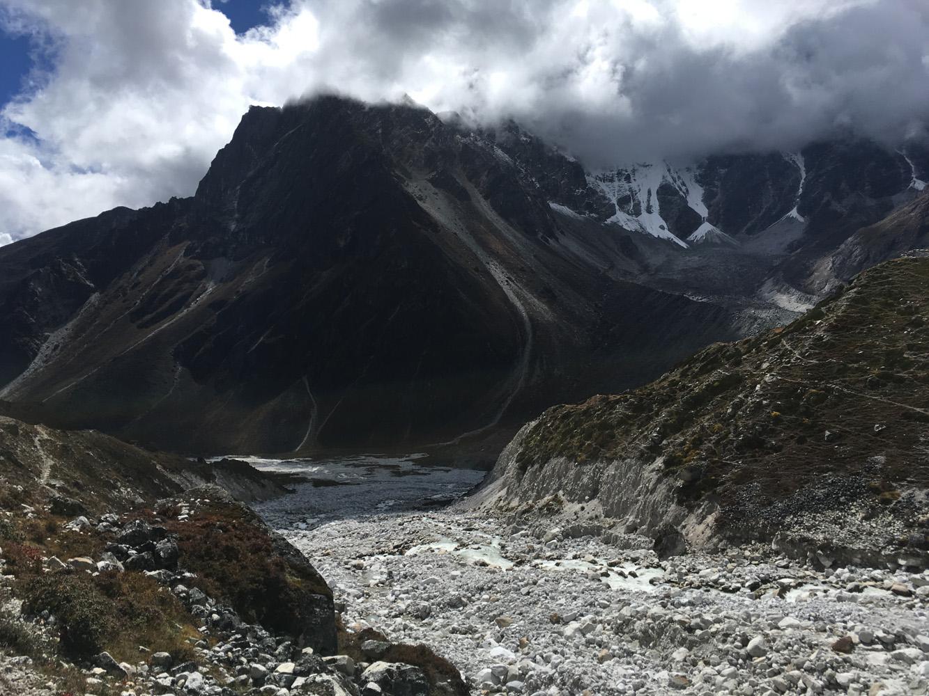 Rocks and glacier moriane
