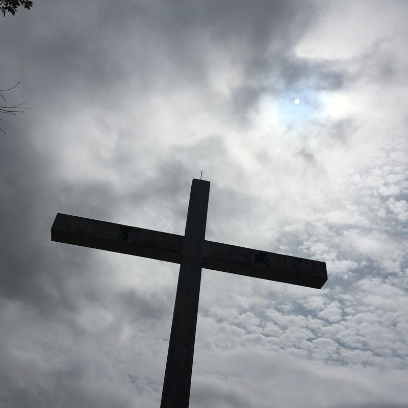 """建在山上的十字架是道風山地標,橫木的左右兩邊寫了""""成了""""二字"""