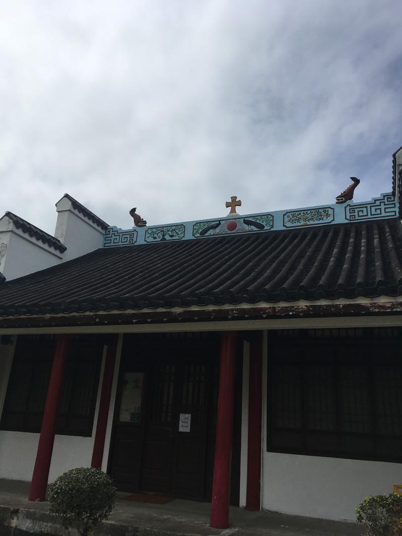 屋頂鋪了瓦片,上面畫了中式圖案