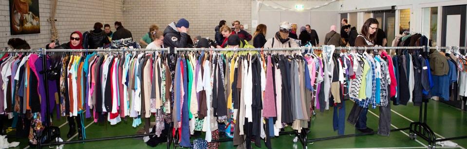 Kleding en bezoekers op de kledingbeurs