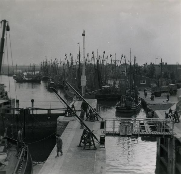 Haventje te Dokkumer nieuwe Zijlen met garnalen vissers uit Ouddorp. Aanleggen in Dokkumer Nieuwe Zijlen - De Canicula