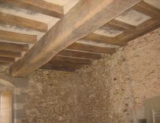 decapage de poutres, restauration château en vienne 86