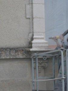 nettoyage de bas relief en pierre naturelle gargouille ornement de façades