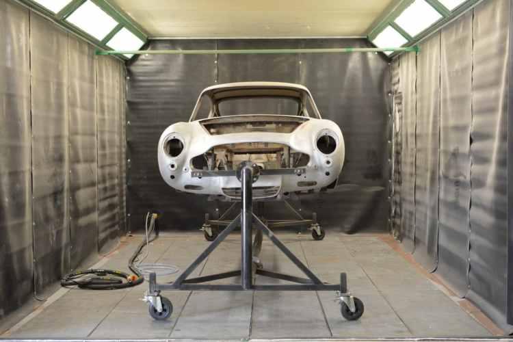Aston martin DB6 dans cabine aérogommage