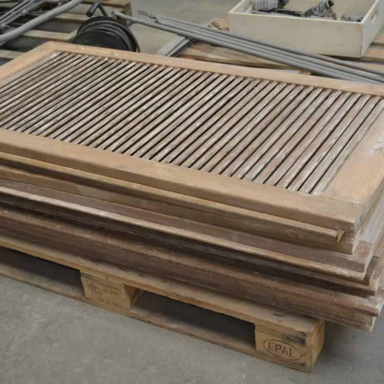 empilement de volets bois décapés