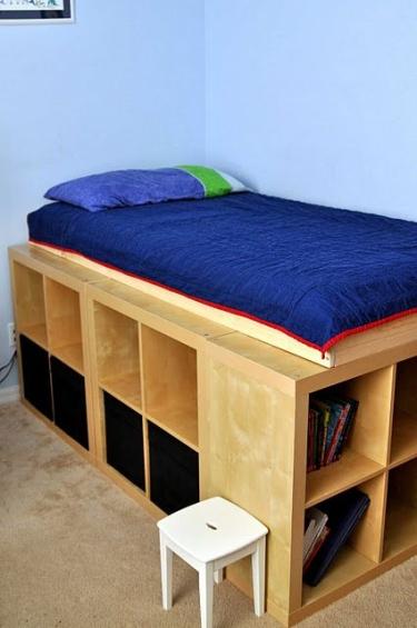 ce lit et ses rangements ont ete realises avec des etageres ikea dans lesquelles peuvent rentrer
