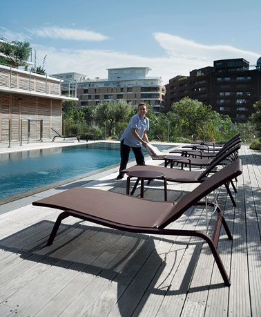 une chaise longue au bord de la piscine