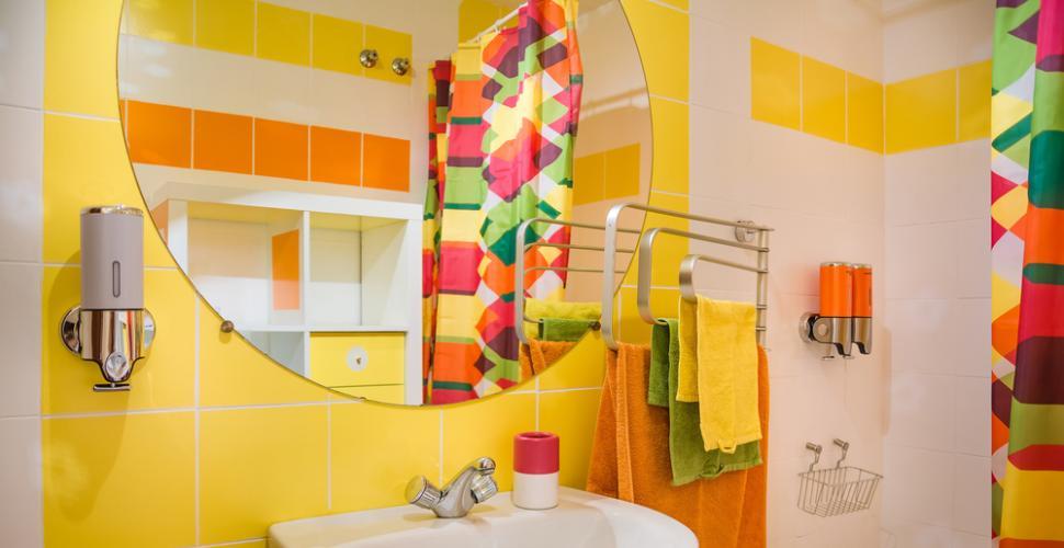 salle de bains avec des accessoires