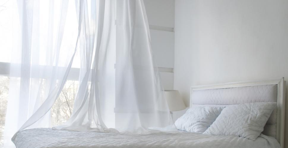 des rideaux propres et blancs