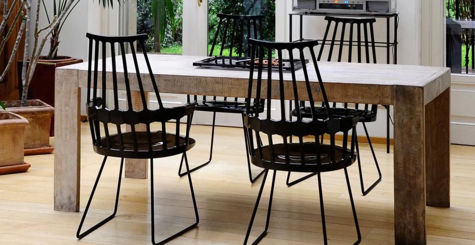 fauteuils autour de la table