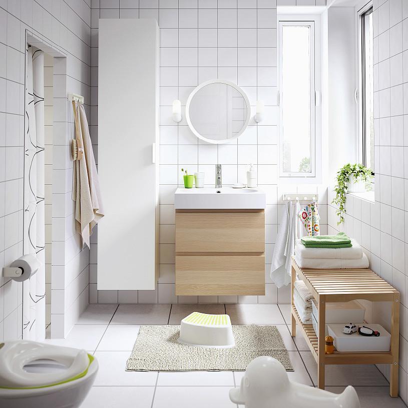 du bois clair dans la salle de bains