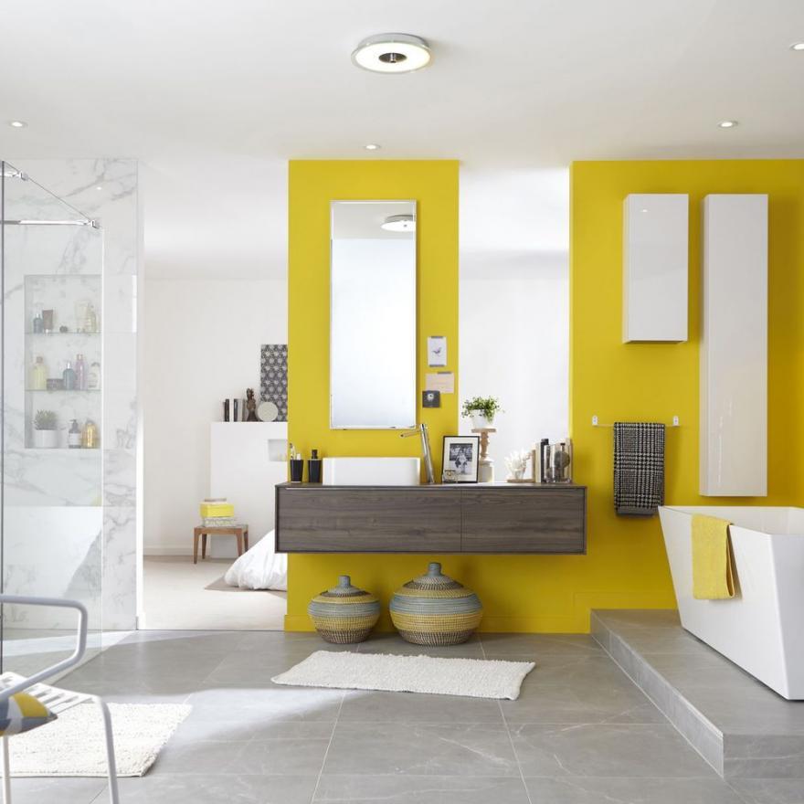 du jaune dans la salle de bains