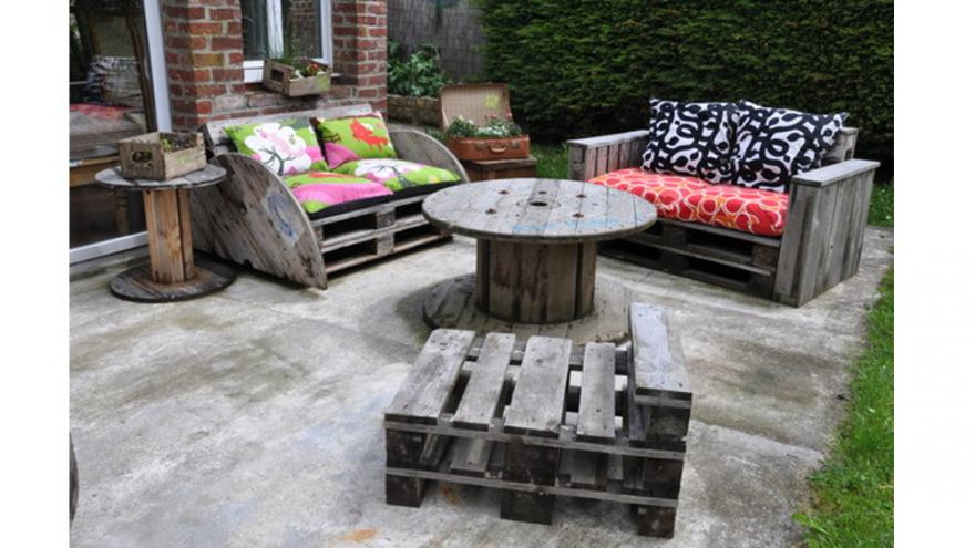 un salon de jardin avec des palettes