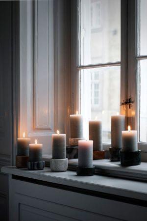 une-ribambelle-de-bougies-sur-la-fenetre_Broste-copenhagen_via_Cote-maison_Mon_salon_a_l_heure_du_cocooning