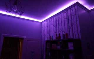 Atouslesetages_conseil_deco_chambre_Bertille_corniche_lumineuse_violet