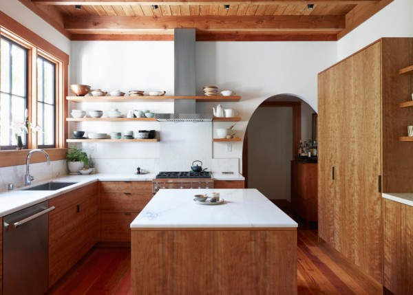 Cuisine_Atouslesetages_conseil_agencement_Remodelista_wood-kitchen-oakand-aya-brackett-remodel-beamed-ceilings-2