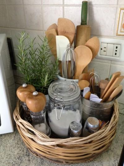 panier-de-rangement-avec-porte-ustensiles-de-cuisine-bocal-en-verre-et-contenants-d-épices-astuce-rangement-cuisine-petit-espace