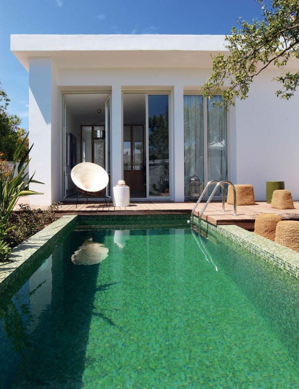 Visite déco | Rénovation : place aux carreaux de ciment dans la salle à manger avec vue sur la petite piscine naturelle (bassin) | @decocrush - www.decocrush.fr