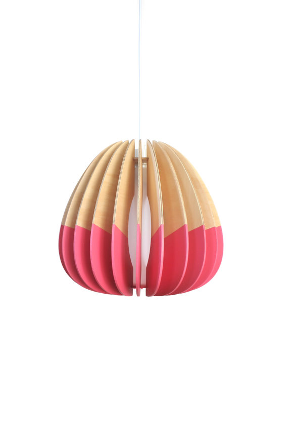 Suspension en bois peint en rose