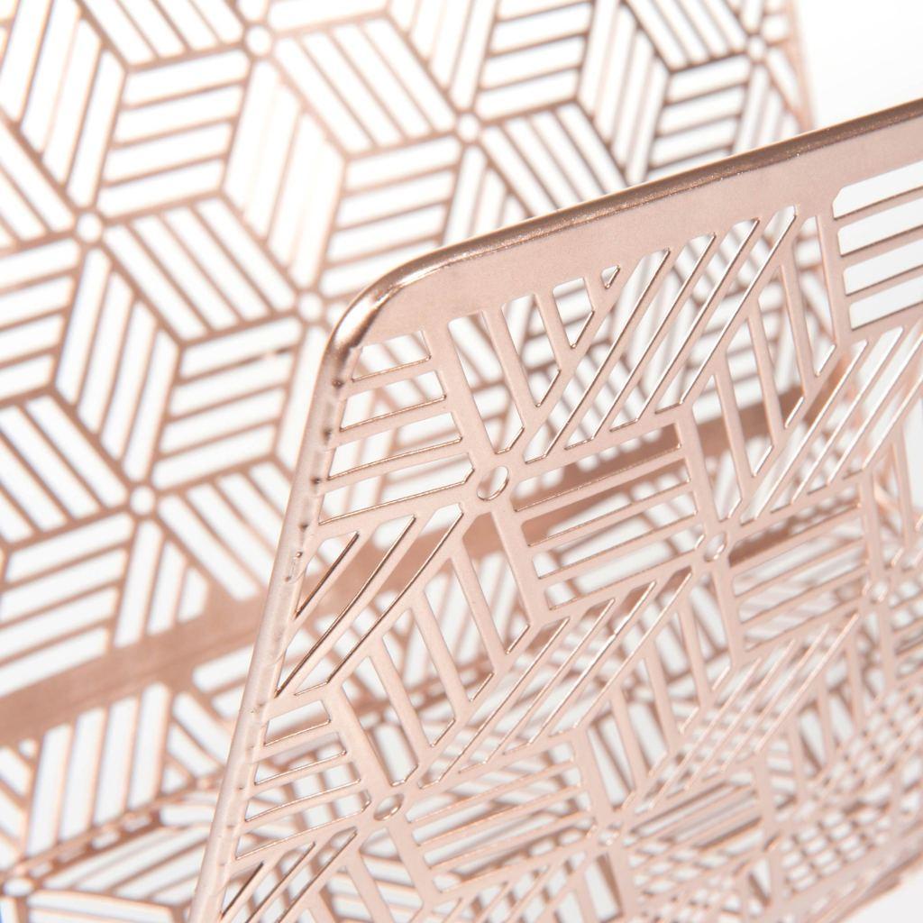 Porte-revues en métal cuivré de chez Maisons du Monde - détails motifs graphiques