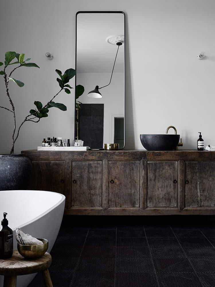 Du bois ancien dans la salle de bain : j'aime !