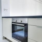 Réfrigérateur sous plan dans une petite cuisine parisienne (@cuisishop)
