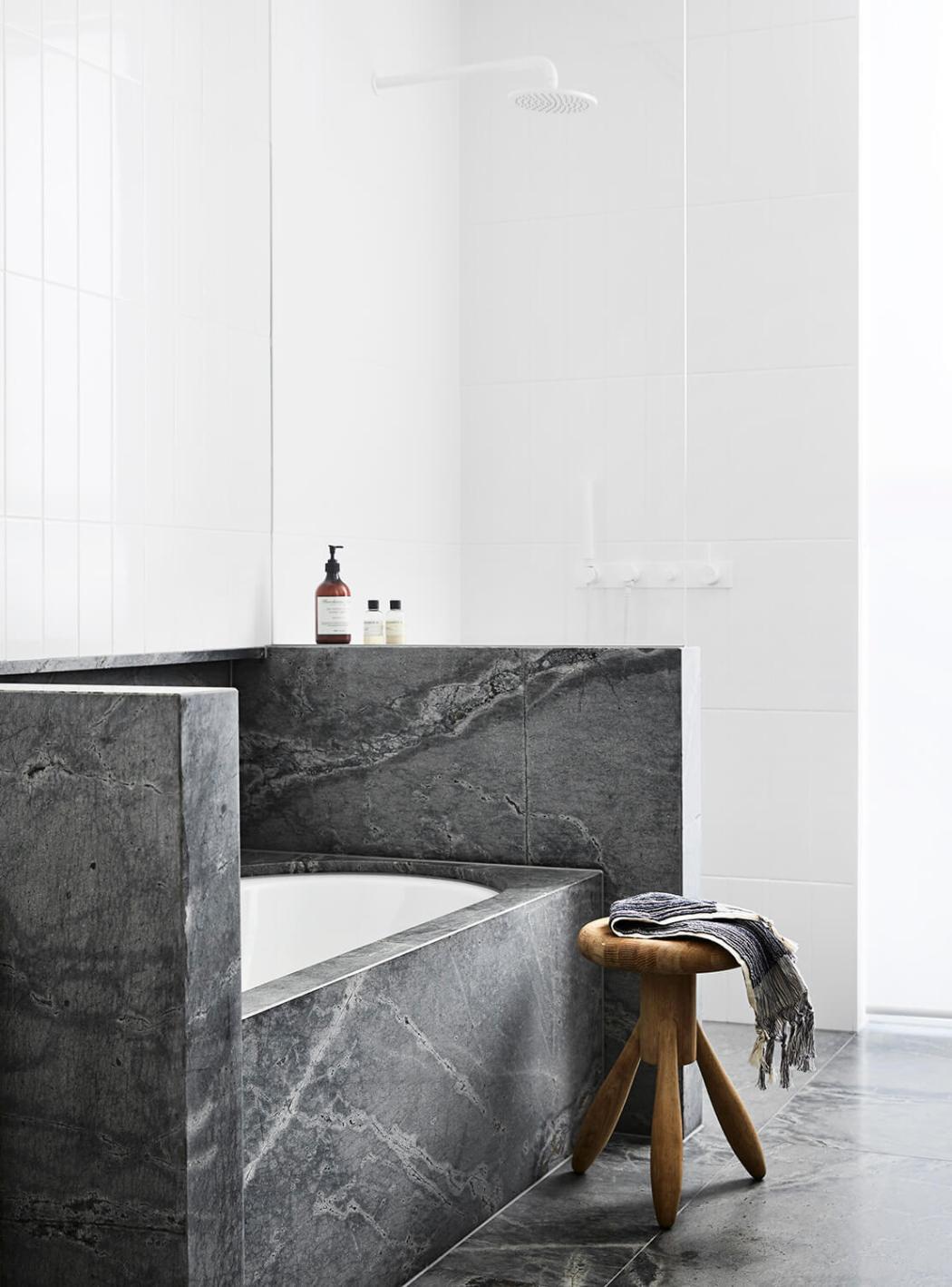Une façon moderne et cosy de vous faire aimer le noir et blanc sur www.decocrush.fr - @decocrush