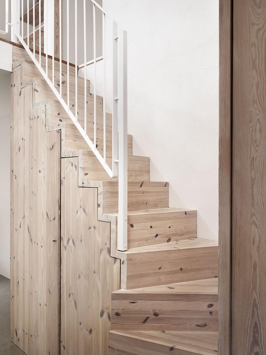 Idées déco pour une ambiance scandinave très chic dans les escaliers sur @decocrush - www.decocrush.fr