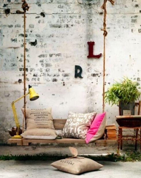 muebles con palets columpio en el patio