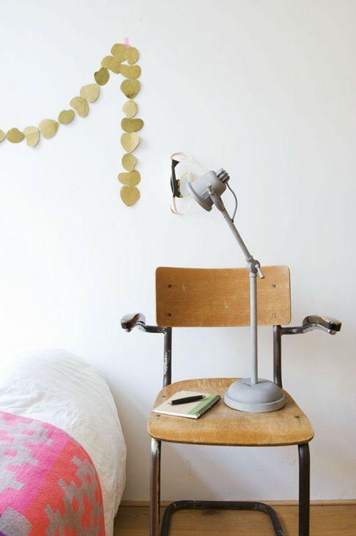 Viejas sillas de colegio para decorar 1