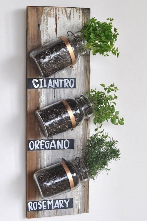 decorar la cocina con hierbas aromaticas gracias a este especiero DIY fácil de hacer