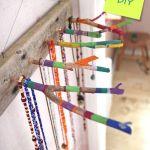 Divertido y práctico colgador de collares DIY con ramas secas