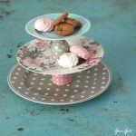Cómo hacer una base para cupcakes con vajillas para una mesa vintage