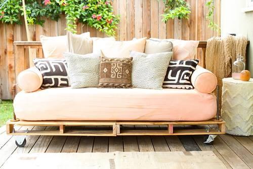 Nuevas ideas con palets una cama de día y un portabicicletas  6