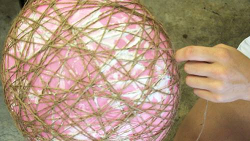 Cómo hacer lámparas de techo con cuerda y globo 4