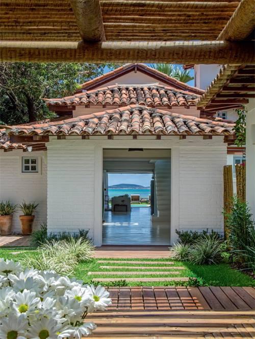 Casas con encanto r stico renovado junto al mar en brasil for Casas modernas junto al mar