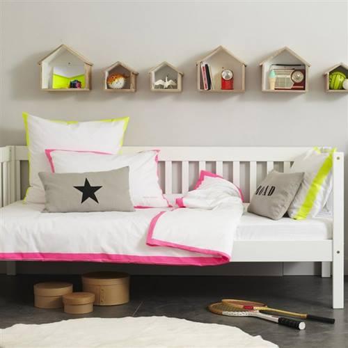 Ideas para decorar con una estantería casita de madera 8