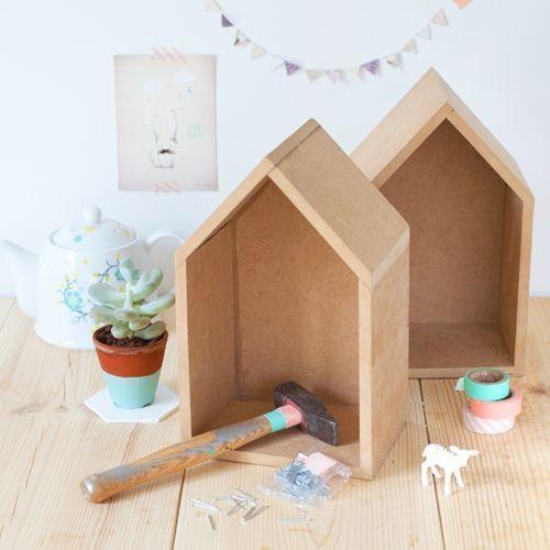 Ideas para decorar con una estantería casita de madera 10
