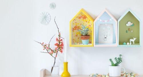 Ideas para decorar con una estantería casita de madera 11
