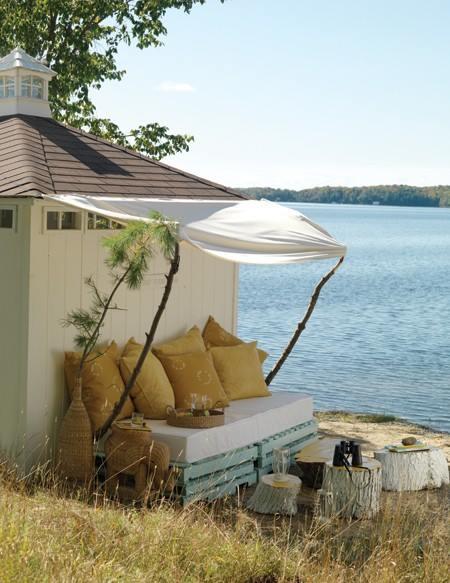 Un banco frente al lago: genial ejemplo de muebles con palets reciclados y rústicos.