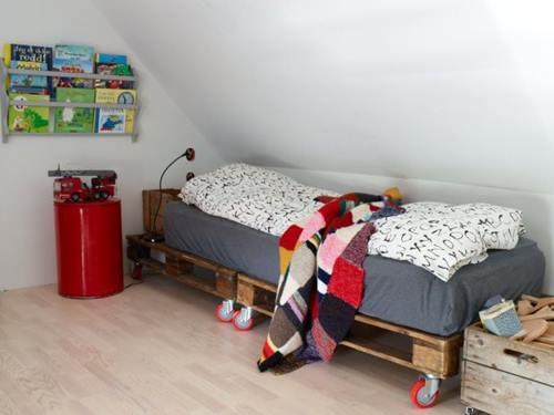 Original cama con dos palets: otra gran idea de muebles con palets reciclados para niños.
