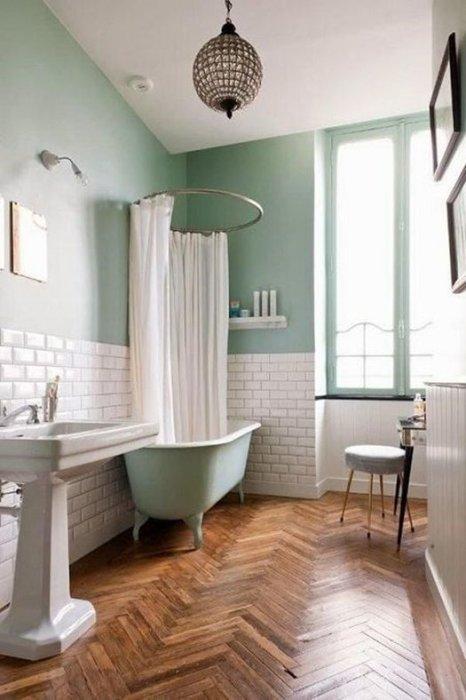 Idea para baños vintage con bañeras con patas de estilo antiguo en tono verde agua y pintura de pared.