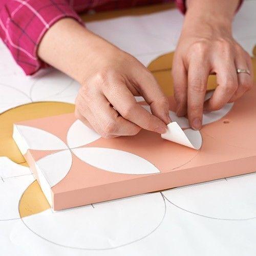Pintar muebles con plantillas para personalizar mesillas y cómodas 5